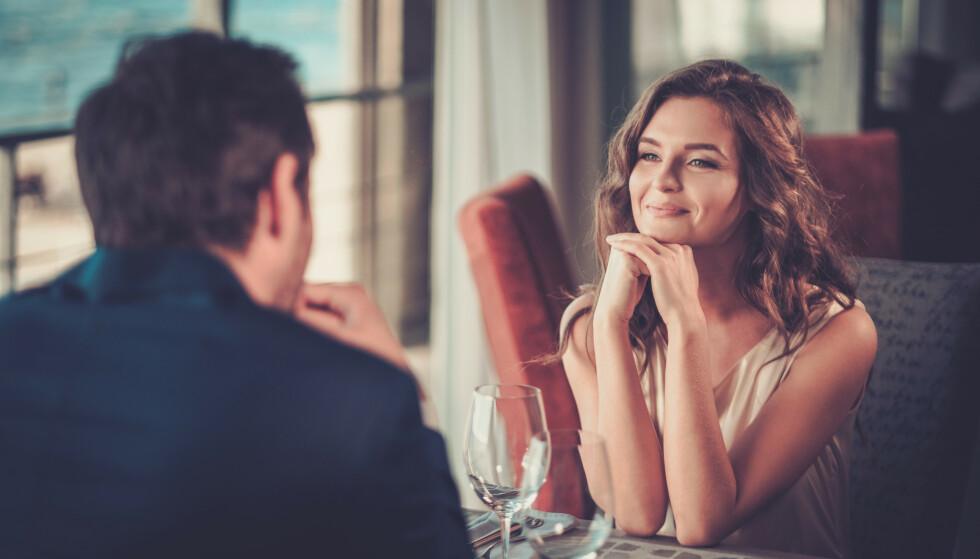 HELT ENIG: Hvis daten din stiller deg vage, politiske spørsmål og er helt enig i absolutt alt du sier, bør varsellampene blinke. FOTO: scanpix