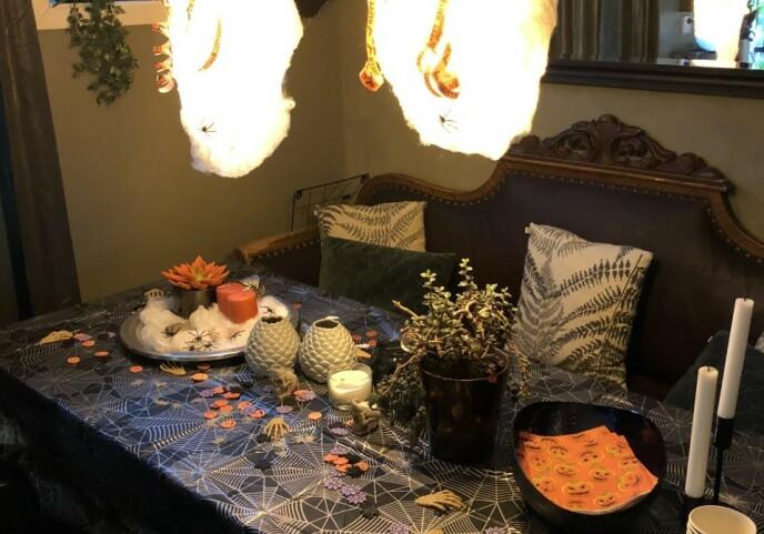 Halloween-pyntet bord. Heidi serverer blant annet mumiepølser og grønn potetmos.