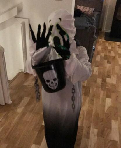 KORONAVENNLIG KOSTYME: Med ansiktsmaske og hansker reduseres sjansen for å spre smitte. FOTO: Privat
