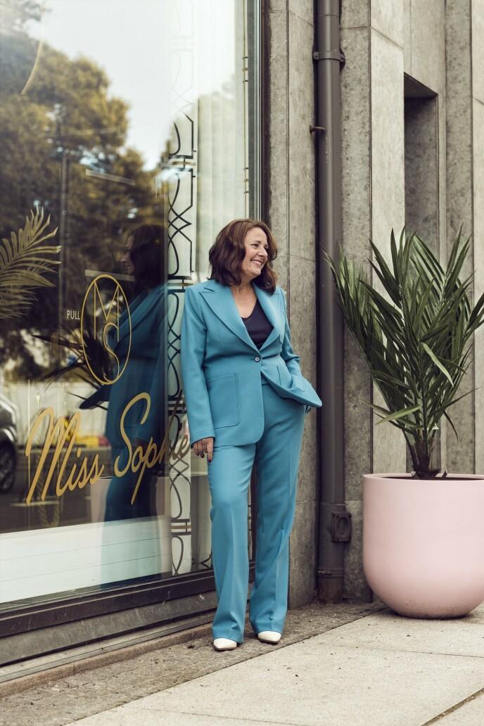 ETTER: Blazer (kr 1500) og bukse (kr 900, begge fra H&M Studio), singlet (kr 200, Lindex), smykke (kr 1300, Hasla) og sko (kr 600, Nelly). Tips! Velg en dress i en fin farge, så blir stilen mer leken enn om du går for svart. FOTO: Astrid Waller