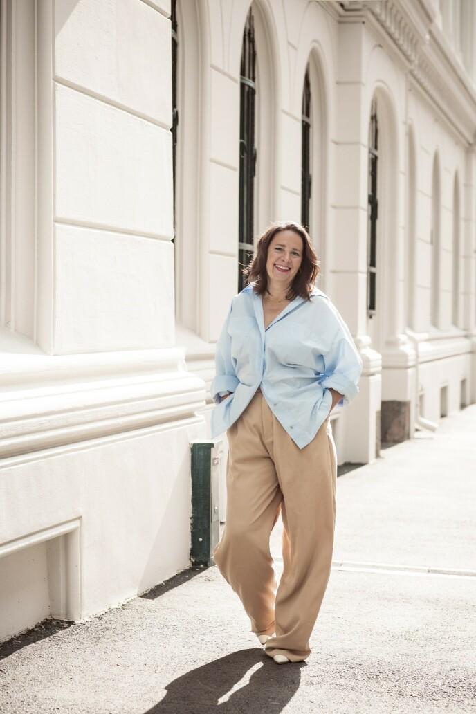 Skjorte (kr 2500, Moiré), bukse (kr 600, Zara), smykke (kr 1600, Hasla) og sko (kr 600, Nelly). Tips! Vide bukser er behagelige, samtidig som du er velkledd. FOTO: Astrid Waller