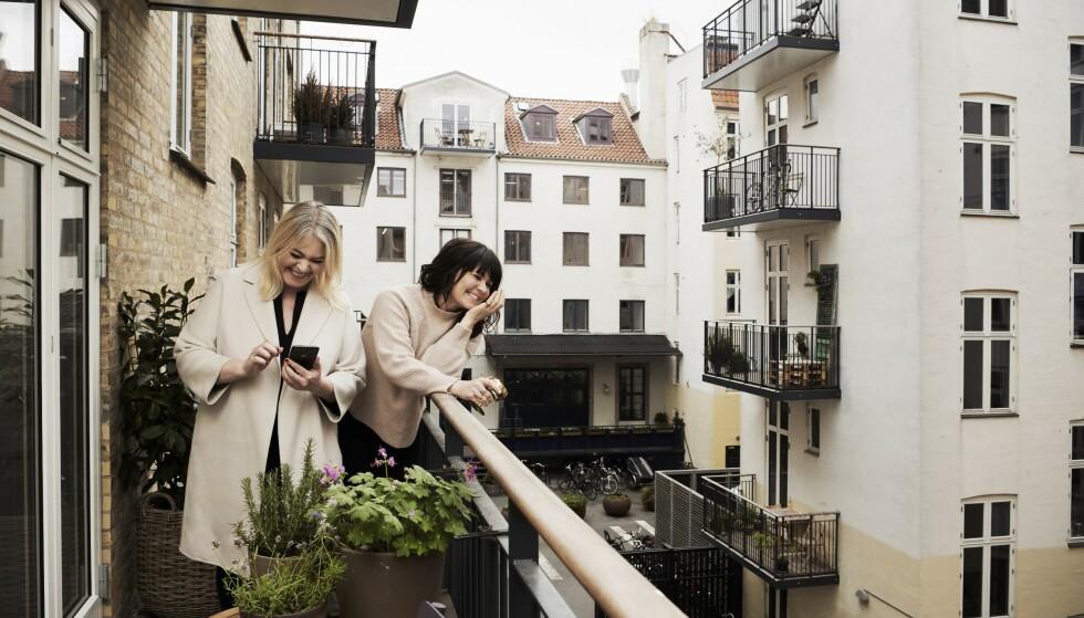 Venninne begynte som forretningspartnere, men i daag bygger forholdet deres mer på gode samtaler om menn, barn og fremtidsdrømmer. FOTO: Robin Skjoldborg