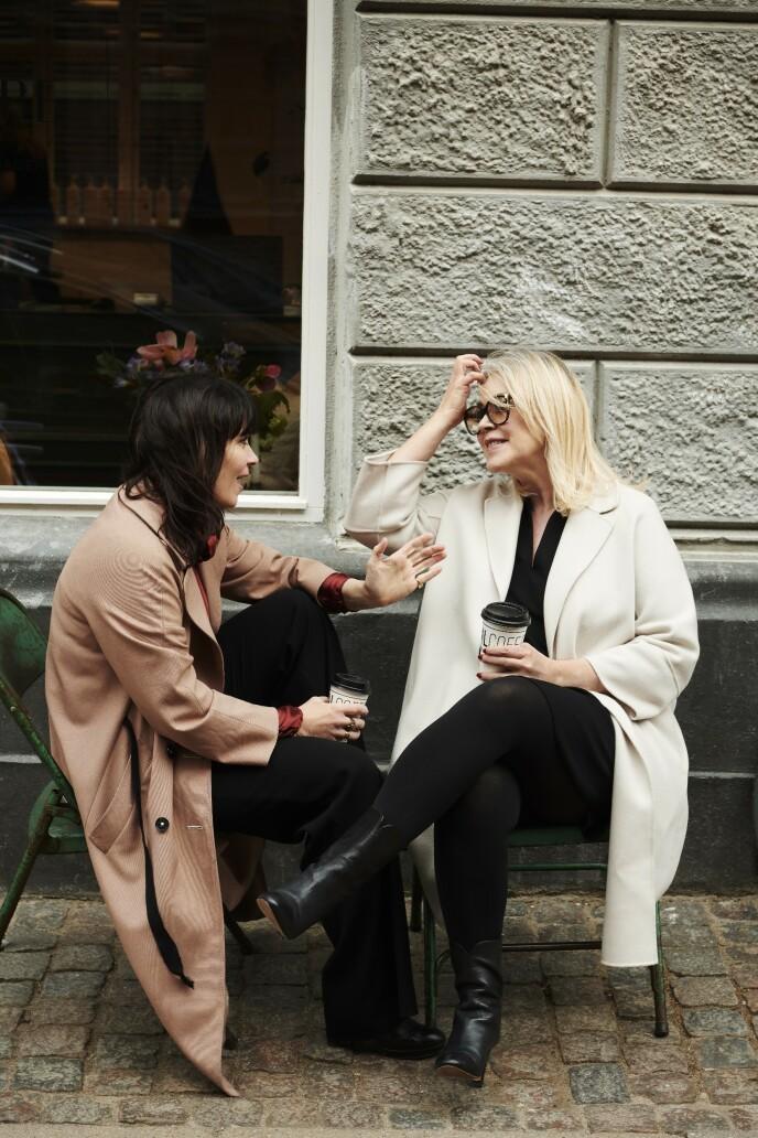 Mette Holbæk (tv.) drømmer om å flytte i bofellesskap med venninnene sine. Pernille Melsted liker tanken, men vil også gjerne ha sitt eget. FOTO: Robin Skjoldborg