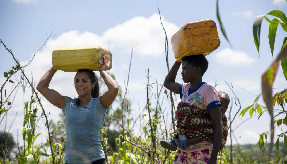 HARDT ARBEID: Jørgine fikk teste ut det å bære vann på hodet - en svært tung oppgave for kvinnene i Rwanda. FOTO: Plan Norge