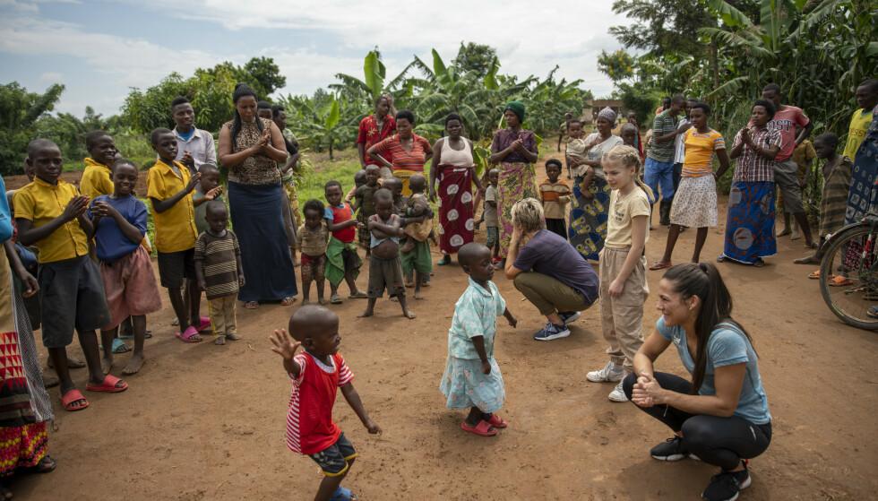 GOD STEMNING: Til tross for vanskelige kår og ekstrem fattigdom, tok befolkningen i den lille landsbyen imot Jørgine, Filippa og Jørgines mor Trude med åpne armer og store smil. FOTO: Plan Norge
