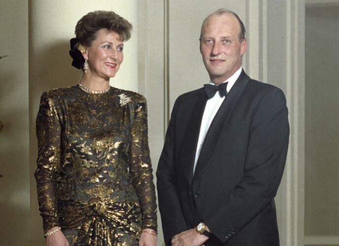 PÅ REISEFOT: Kronprinsesse Sonja og kronprins Harald på offisielt besøk i Frankrike i 1988. Her iført galla på Hotel Ritz. Sonja i gull brokade kjole. Foto: Morten Hval / Bjørn-Owe Holmberg/ NTB