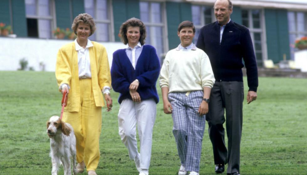 DEN GANG DA: Den daværende kronprinsfamilien avbildet sammen med familiens hund på Skaugum i 1987. Foto: Bjørn Sigurdsøn / NTB