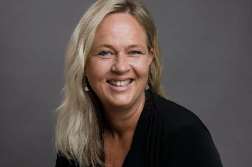 BOK OM OVERENGASJERT MOR: Forfatter og firebarnsmor Pia Skjelstad mener at en del foreldre kan ha godt av å stoppe litt opp og tenke seg om, før de sender en ny klagemail til skolen. FOTO: Ann Sissel Holthe