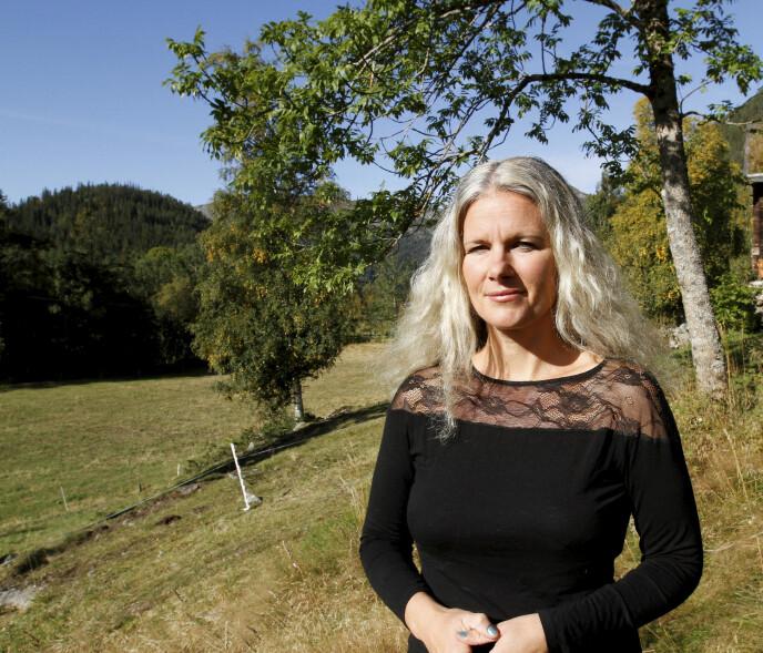 GAMMELT NAVN: Ingvild giftet seg Nordstoga, men for tre år siden tok hun tilbake navnet Lilletvedt. Her er hun hjemme på gården Plassen, hvor hun bor sammen med mannen Aasmund Nordstoga, og deres tre barn. FOTO: Andreas Soltvedt/Varden
