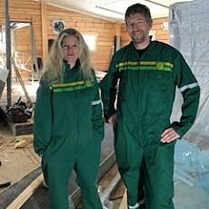 MANN OG KONE: Ingvild og mannen Aasmund Nordstoga, praktisk kledd. Ingvild innrømmer at Aasmund tar det meste av fjøsoppgavene. FOTO: Privat