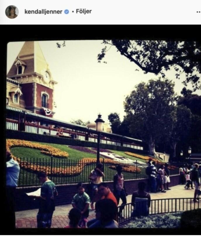 USKYLDIG MORO: Kendall Jenner valgte et ikke altfor beskrivende motiv fra Disneyland som sitt første bilde på Instagram. FOTO: Skjermdump instagram/Baaam.se