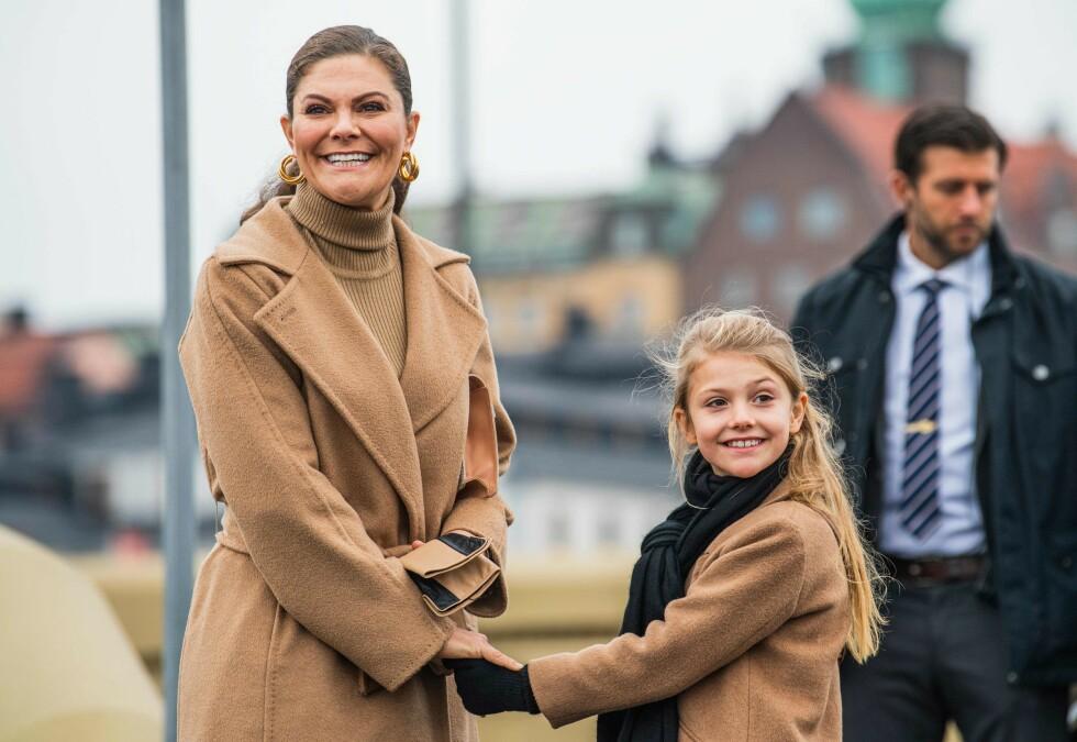 ESTELLE: Den åtte år gamle prinsessen var med mamma kronprinsesse Victoria på jobb, da gullbroen som forener Slussen med Gamla stan i Stockholm ble åpnet. Det er ingen tvil om at hun slekter på sin mor! FOTO: NTB