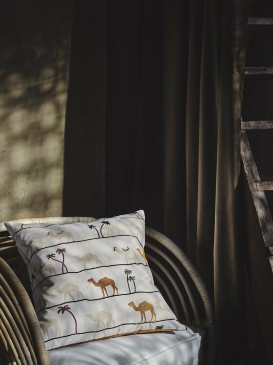 Ikeas pute med kameler og palmer får gjerne flytte inn på soverommet! FOTO: Produsenten