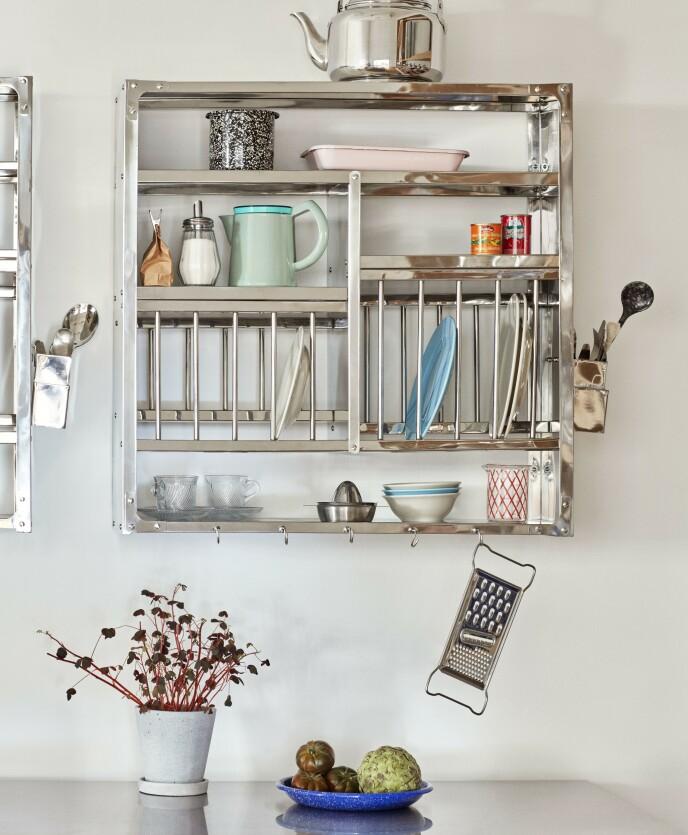 Industriell hylle fra Hay. Tips! Åpne hyller gjør vakkert servise til en del av interiøret. FOTO: Produsenten