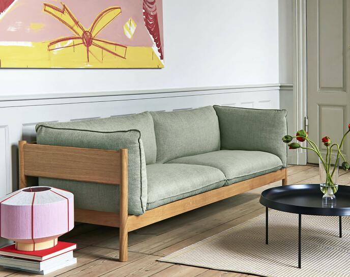 Sofaen ved navn Arbour fra Hay er nydelig med sin treramme og fargede stoff. FOTO: Produsenten