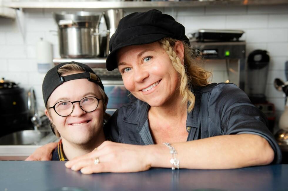 VANLIG JOBB: Sussie startet restauranten Benji´s for sønnen Benjamins skyld. Nu arbeider de sammen der. FOTO: Theresia Köhlin