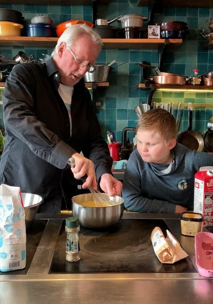 LÆRE AV MESTEREN: Nils er med på flere av matlagingsvideoene på Eyvind og Anitas instagram-konto, og spesielt godt liker han å lage is. FOTO: Anita Rennan