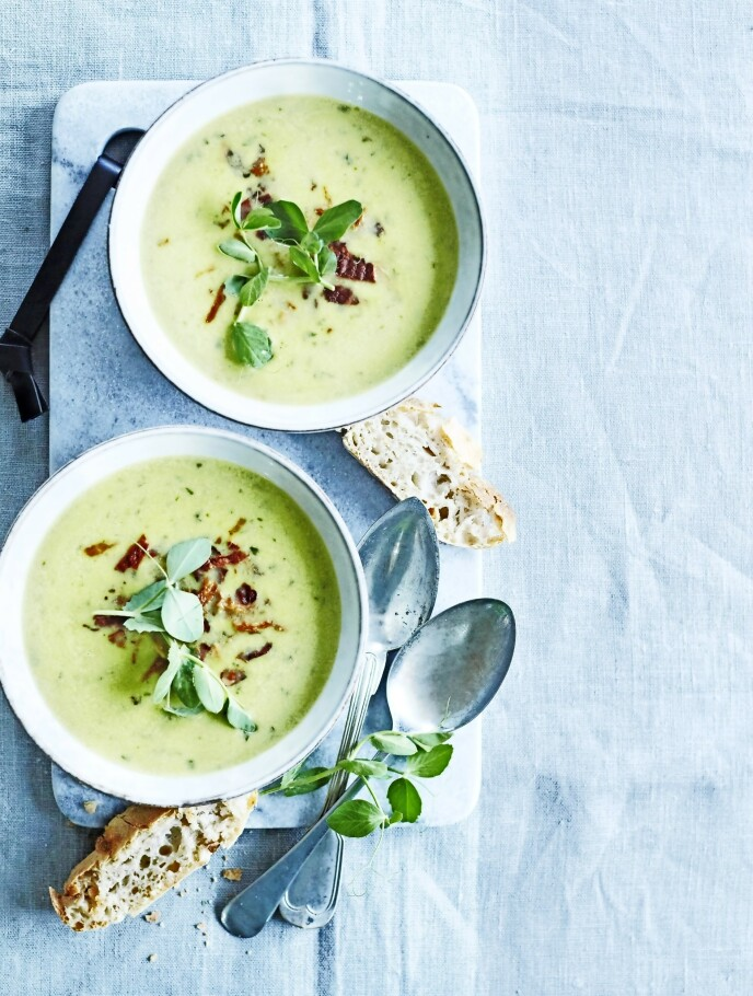 Suppen smaker nydelig av erter og basilikum, mens det sprø baconet på toppen gir deilig smak. FOTO: Betina Hastoft