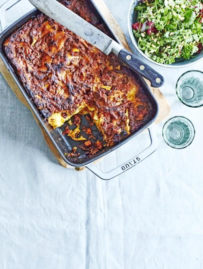 Sausen er nesten slik italienerne lager den – med rødvin, selleri og bacon i sausen. La den gjerne småkoke i timevis, hvis du har tid. FOTO: Betina Hastoft