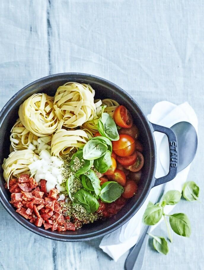 Spar arbeid og oppvask ved å tilberede middagen i én eneste kjele. Tips! Denne lettvinte alt-i-ett-gryten kan fort bli familiens nye hverdagsfavoritt! FOTO: Betina Hastoft