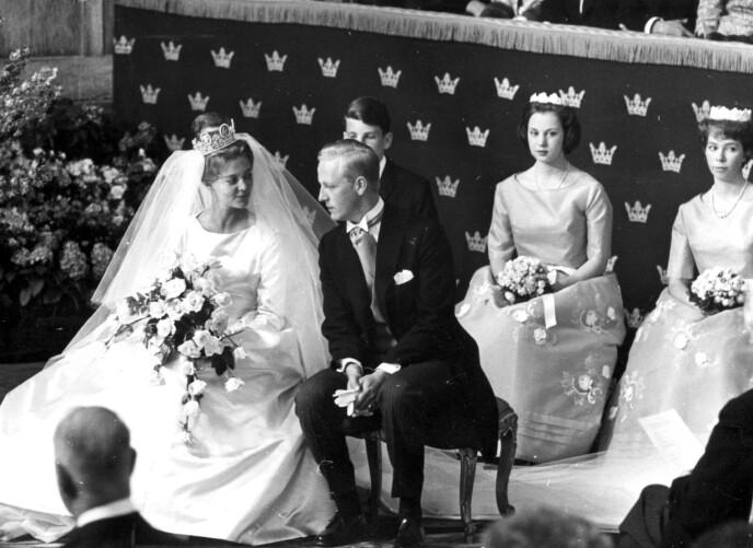 STASELIG: 25. mai 1961 sa Birgitta ja til Johan Georg von Hohenzollern. I bakgrunnen prinsesse Benedikte av Danmark og prinsesse Christina av Sverige. FOTO: NTB