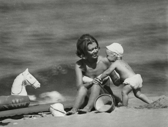 STRANDLØVE: Prinsesse Birgitta og sønnen prins Hubertus av Hohenzollernon på stranden i Viareggio i Italia i 1967. FOTO: NTB