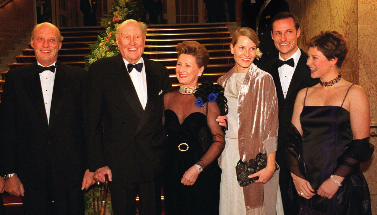 ONKEL MULLE: Svenske prins Carl Bernadotte (mellom Harald og Sonja) bedre kjent som onkel Mulle, var et kjært medlem av den norske kongefamilien. Her fra hans 90-årsfeiring på Grand hotell i Oslo i januar 2001. FOTO: Erlend Aas / NTB