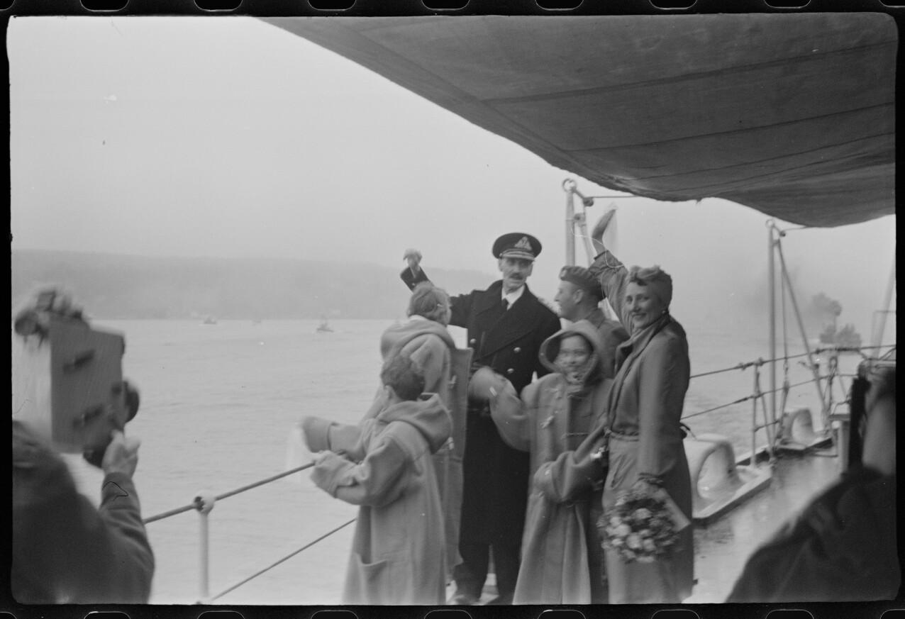 RETUREN: Kong Haakon, Kronprinsesse Märtha, prinsesse Ragnhild, prinsesse Astrid og prins Harald kom tilbake fra eksil 7. juni 1945. Her er de avbildet på vei inn Oslofjorden. Kronprins Olav er også med på skipet, men han hadde kommet til Norge allerede 13. mai. Dette er scener som også er med i NRK-serien Atlantic crossing. FOTO: Riksarkivet / Nikolai Ramm Østgaard / RA/PA-1951/U/Ub/L0001