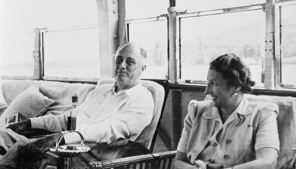 PRESIDENTEN og KRONPRINSESSEN: Kronprinsfamilien i landflyktighet under krigen. Kronprinsesse Märtha og president Roosevelt fotografert under krigsårene. Dato ukjent. FOTO: NTB