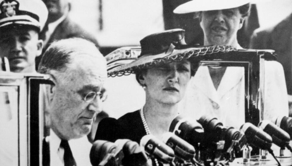 TALE TIL FOLKET: Kronprinsesse Märtha i Washington sammen med president Franklin D. Roosevelt under presidentens etter hvert så verdensberømte Look to Norway-tale. FOTO: NTB