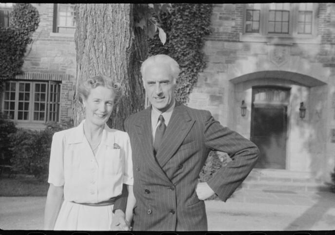 NÆRE KRONPRINSPARET: Ekteparet Nikolai Ramm Østgaard og Ragni Østgaard, avfotografert på Pook's Hill, USA, muligens i 1942. Hun var Märthas hoffdame, mens han var Olavs adjutant. De hadde ikke mulighet til å delta i datterens bryllup i London under krigen, men da stilte kong Haakon opp. FOTO: Riksarkivet / Nikolai Ramm Østgaard / RA/PA-1951/U/Ub/L0001