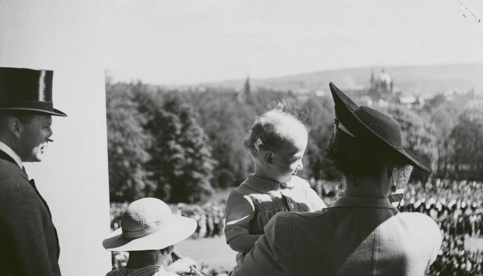 PÅ SLOTTSBALKONGEN: Lille prins Harald på armen til sin mor på slottsbalkongen på sin ettårsdag i 1938. Dersom skjebnen ville ha ting annerledes, hadde den lille prinsen blitt barnemonark under krigsårene. FOTO: Nikolai Østgaard / De kongelige samlinger / Kagge forlag / NTB