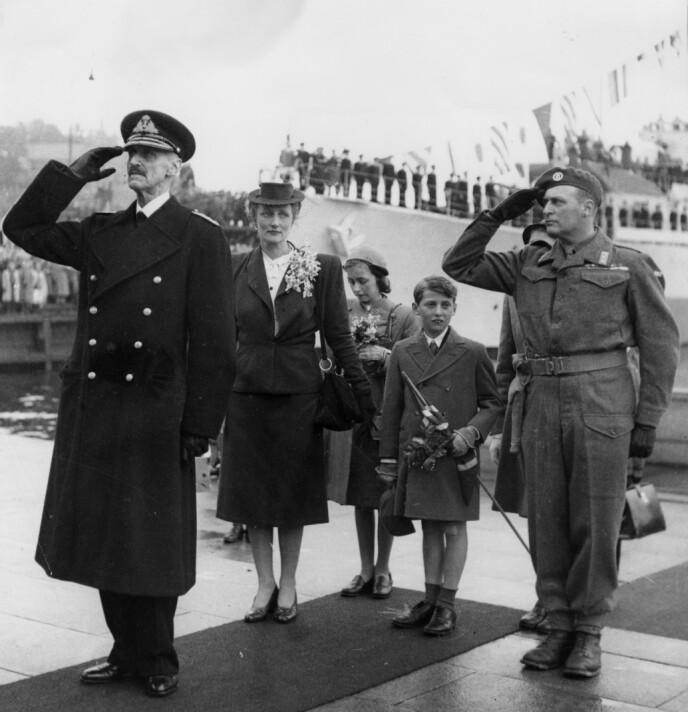 8 ÅR: Prins Haakon og resten av kongefamilien ble tatt imot med stormende jubel da de ankom Honnørbryggen i Oslo 7. juni 1945. Da skulle den unge prinsen finne seg til rette i landet han hadde flyktet fra fem år tidligere. FOTO: NTB