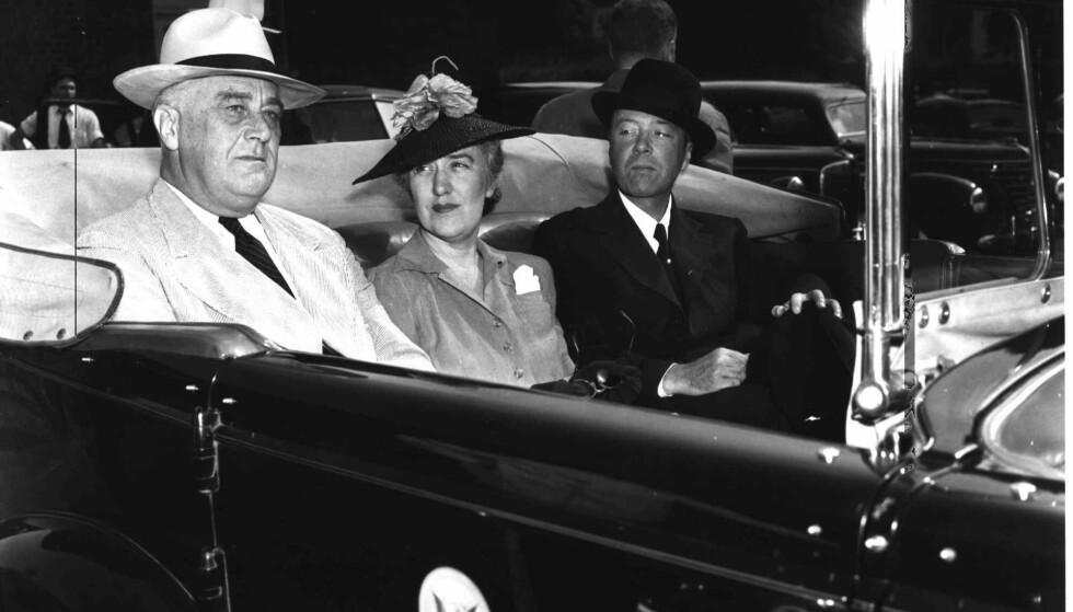 SEKRETÆREN: President Franklin Roosevelts sekretær Marguerite «Missy» Lehand og den franske ambassadøren William C. Bullitt på vei til Roosvelts leilighet i Hyde Park i New York sommeren 1940. FOTO: NTB