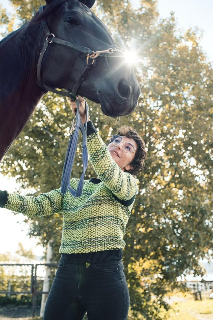 – Når du driver med hest, kan ikke hodet være noe annet sted. Det er derfor jeg liker hestesporten, sier Lisa. FOTO: Astrid Waller