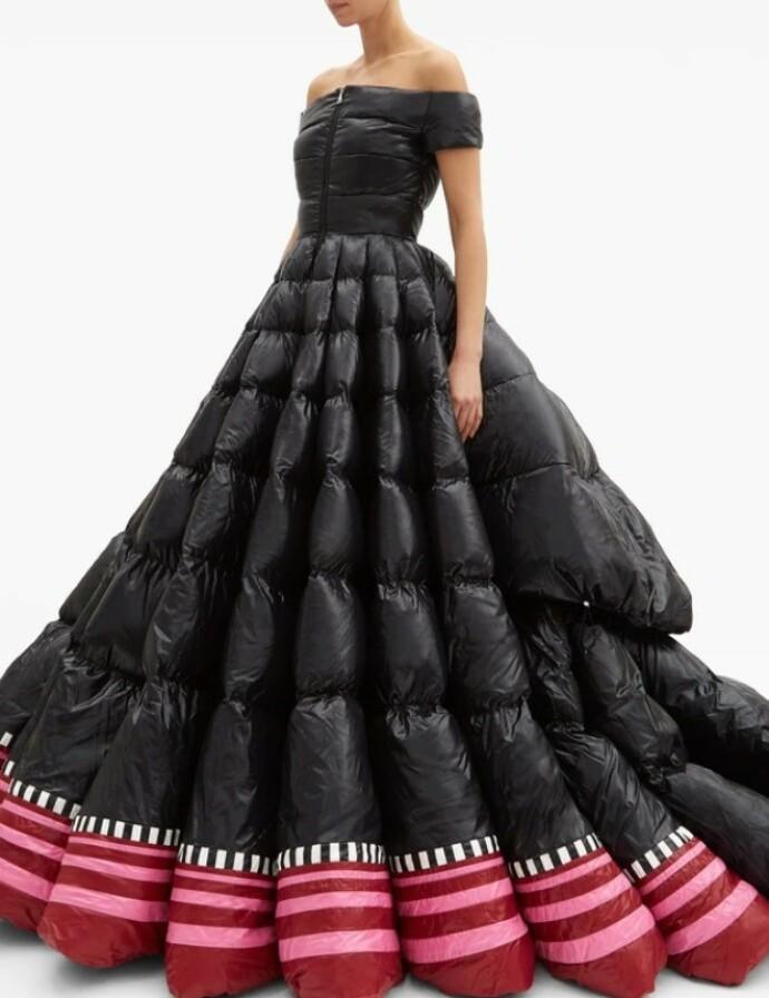 FÅR TYN: Denne Moncler-kjolen, 1 Moncler Pierpaolo Piccioli, latterliggjøres på nett. FOTO: Skjermdump fra Twitter