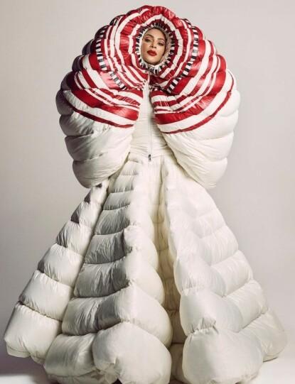 MOTERIKTIG: Kim Kardashian i en annen 1 Moncler Pierpaolo Piccioli-kjole. Her er stjernen avbildet da hun prydet forsiden av japanske Vogue i fjor. FOTO: Skjermdump @voguejapan