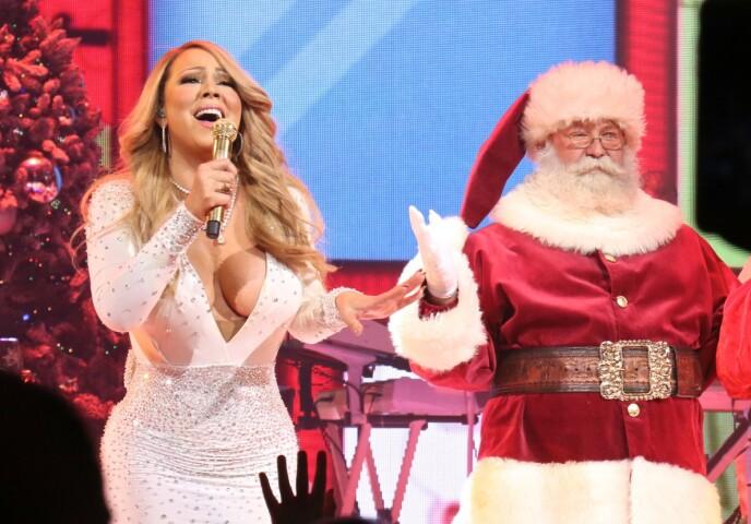 INGEN JULESKAM: Mariah Carey og nissen sparer ikke på konfekten når de gleder seg til jul. Her fra en konsert i New York i 2016, under fremføringen av All I Want for Christmas. FOTO: NTB