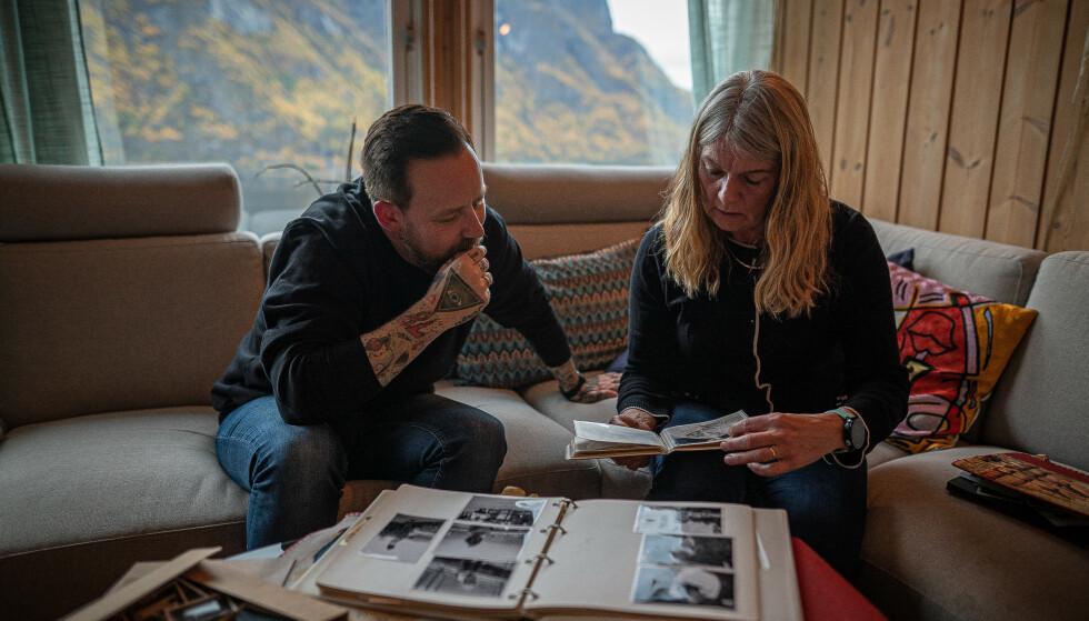 FAMILIEBILDER: Tarjei Strøm på besøk hjemme hos slektning Beathe i Sogn. FOTO: Ronald Hole Fossåskaret, NRK