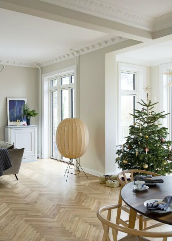 Vil du ha en like gjennomført stil til jul som resten av året, kan det være smart å ta utgangspunkt i de fargene du allerede har i hjemmet ditt når du velger julepynt. Da matcher ikke pynten bare deg, men også hele interiøret. Gulvlampen er fra Made By Hand. FOTO: Kira Brandt