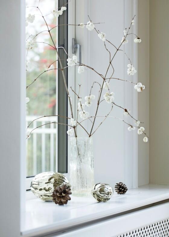 Det skal ikke mye mer til enn en enkelt grein med snøbær før julestemningen er på plass i stuen. Vasen er fra Iittala. FOTO: Kira Brandt