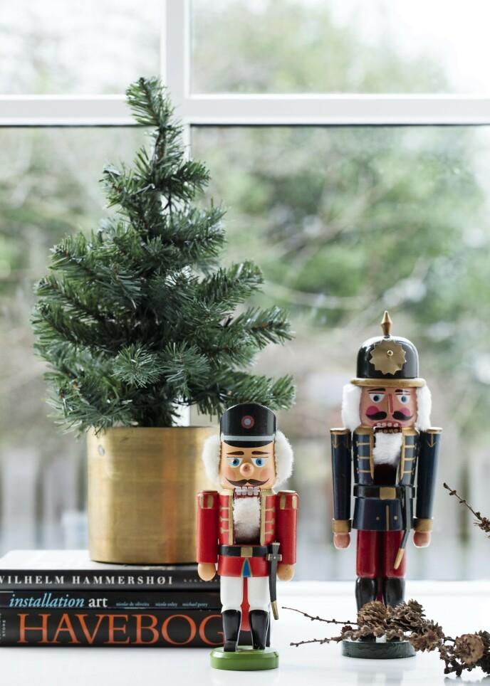 Hvis julestilen din er stram og gjennomført, kan et lite nikk til tradisjonen i form av for eksempel en nøtteknekker være et mykt og hyggelig innslag – helt uten at preget blir gammeldags. Nøtteknekkerne er fra Ferm Living. FOTO: Kira Brandt