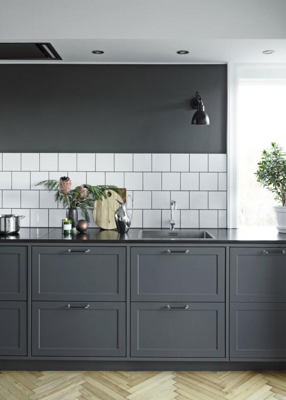Har du godt med lys, kan du alltids holde både skap og vegger i mørkere farger uten at kjøkkenet blir for mørkt. Tips! Den enkle pynten står vakkert ut hvis kjøkkenet er ryddig og småting har sin plass i skuffer og skap i stedet for på benken. FOTO: Kira Brandt