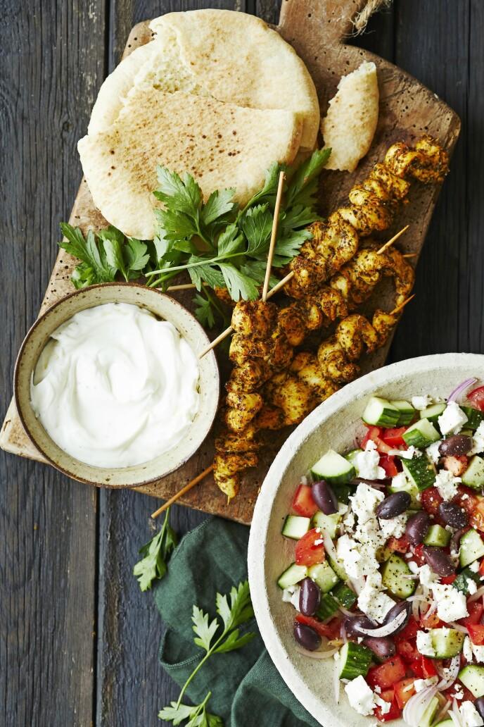 Dette trenger du for å lage ditt eget gyroskrydder: 1 ts tørket timian, 2 ts koriander, 2 ts gurkemeie, 1 ts curry powder, 1 ts chilipulver, 1 ts hvitløkpulver, 1 ss paprikapulver, 1 ts oregano, ¼ ts ingefær, ¼ ts allehånde, 2 ts salt, ½ ts pepper. Tips! Gyros er gresk kebab, som her lages i en utgave med kylling og serveres med lune pitabrød og gresk salat. FOTO: Winnie Methmann