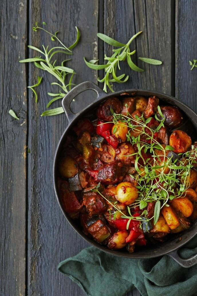En god pølsegryte med franske kryddertoner er god høstmat. FOTO: Winnie Methmann