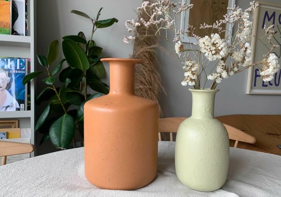 MAKEOVER: Disse glassvasene ble helt annerledes etter at vi blandet sammen bakepulver og maling og penslet i vei! Se video nederst i saken. Foto: Malin Gaden