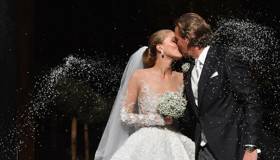 DYR BRUDEKJOLE: Swarovski-arving Victoria Swarovski bar en brudekjole med 500 000 krystaller på seg. Foto: NTB