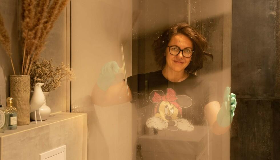 DET EINASTE HO ØNSKA SEG: Rene dusjdører løfter humøret til enhver hverdagsdusjer, er vår erfaring. Raluca Moldovan er profesjonell rengjører - og vet hva som skal til for et perfekt resultat! Foto: Privat