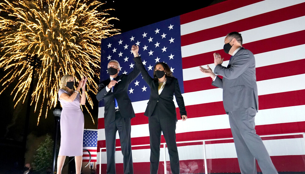 FESTNATT: Tidligere visepresident Joe Biden og senator Kamala Harris på scenen under Democratic National Convention i august 2020. Til venstre Bidens kone Jill Biden og lengst til høyre Harris' ektemann Doug Emhoff. FOTO: NTB