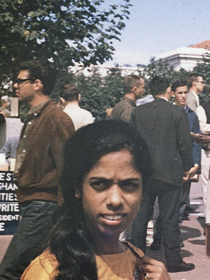AKTIVIST- MOR: Kamalas mor Shyamala under er menneskerettighetsdemonstrasjon ved Berkeley University i California. FOTO: Kamala Harris campaign/AP/NTB